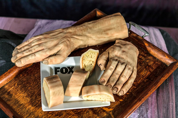 Isso é bizarro do dia: Bolo em tamanho real do personagem Dexter Morgan pronto para ser fatiado
