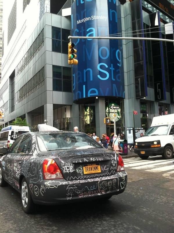 Carro lousa percorre ruas para que as pessoas desenhem nele