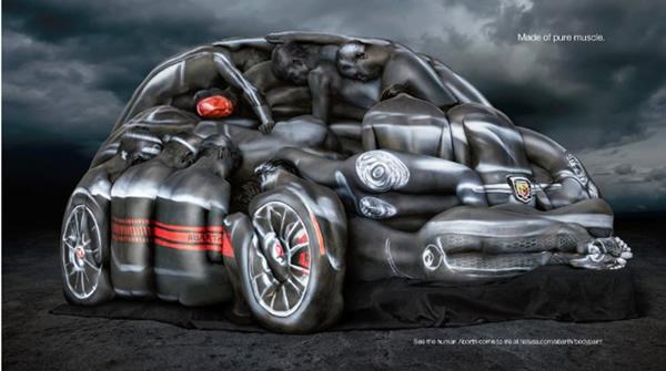 Escultura incrível do Fiat 500 Abarth formada por humanos com pintura corporal. Veja o vídeo!