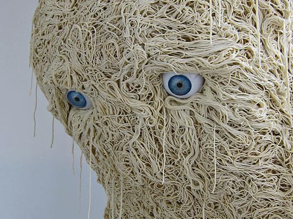 Le Solitaire - A curiosa escultura de miojo gigante com forma humana