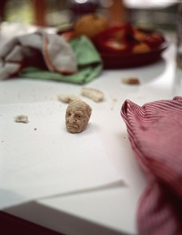 Artista esculpe rostos perfeitos de personalidades em pão de forma