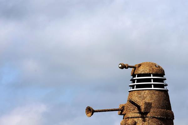 Sorveteria constrói um Dalek de palha de cerca de 10 metros de altura em homenagem a série Doctor Who