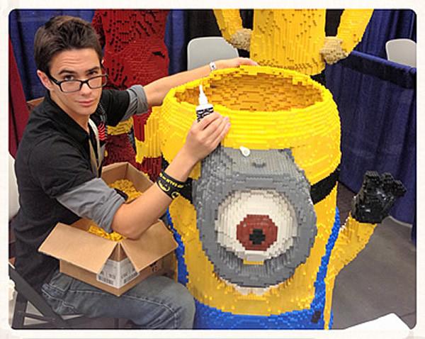 Adolescente constrói Minion com 24 mil blocos de Lego