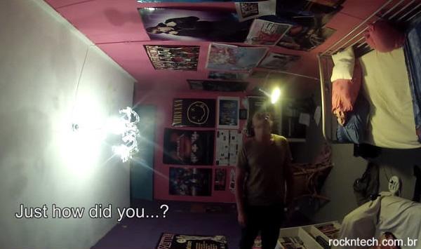 Homem faz pegadinha com irmão mais novo e vira seu quarto literalmente de cabeça para baixo (vídeo)