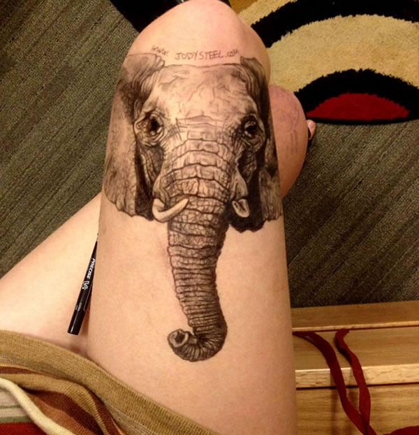 Estudante faz desenhos tão realistas em sua perna que parecem tatuagens