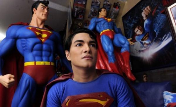 Fã do Super-homem faz 19 cirurgias para se parecer com o super-herói