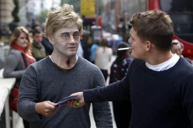 """Campanha impressionante em Londres coloca """"zumbis"""" nas ruas para conscientizar fumantes"""
