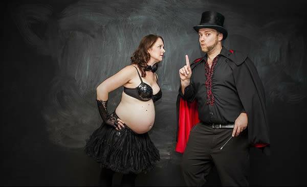 O Mágico e sua assistente: Fotos engraçadas de um casal grávido