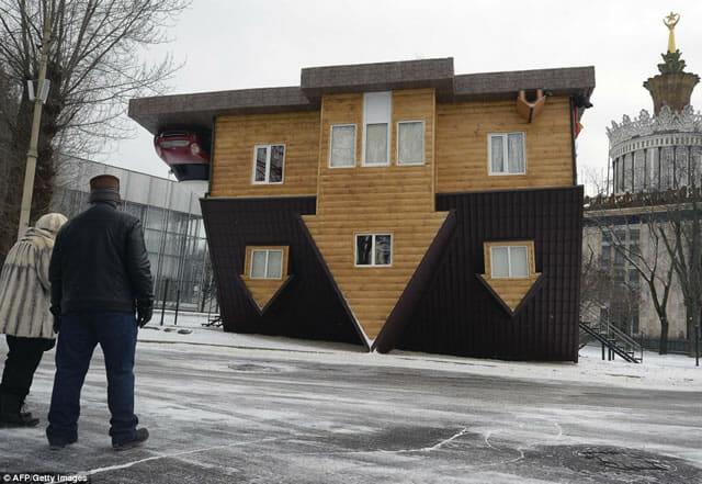 Com vocês, fotos da incrível casa de cabeça para baixo construída na Russia