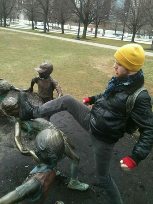 24 Fotos engraçadas tiradas com estátuas