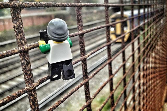 21 Fotos incríveis de um pequeno boneco de Lego fotógrafo