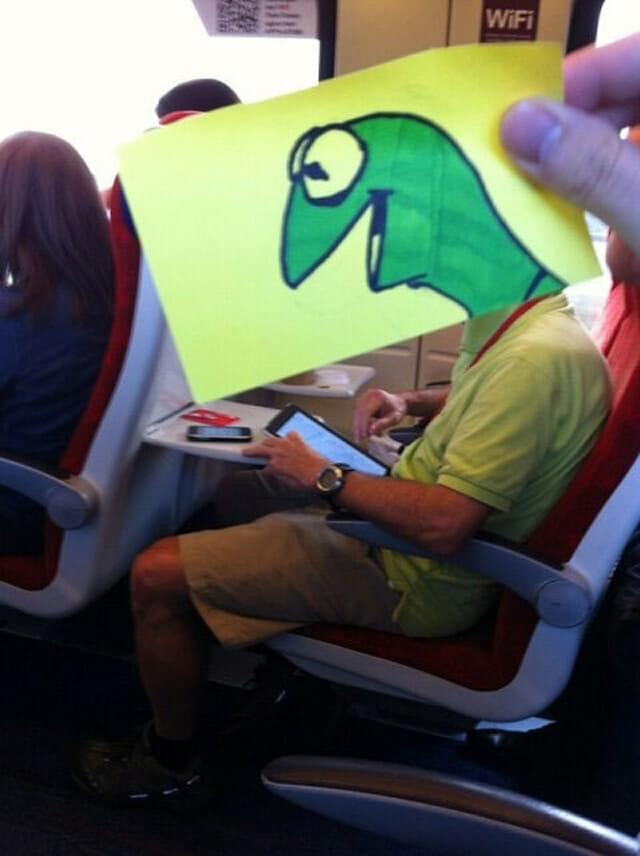 Matando o tempo no trem: Homem desenha rostos de personagens e os dá a seus companheiros de viagem