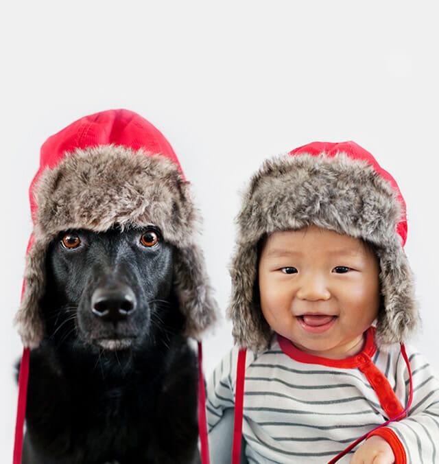 Fofura do dia: Mãe faz fotos bonitinhas de seu bebê e sua cachorrinha vestidos iguais