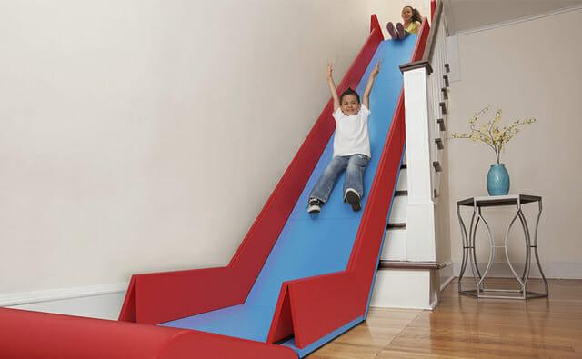 SlideRider transforma a escada de sua casa em um escorregador!