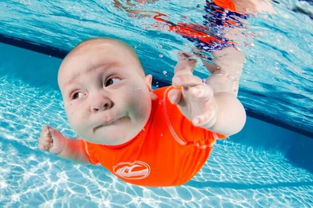 14 Fotos subaquáticas superlegais de bebês aprendendo a nadar