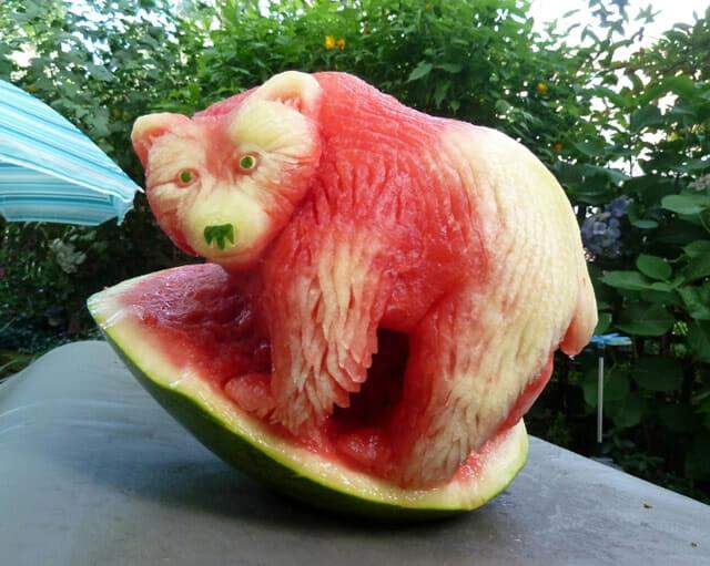 Com vocês, 14 esculturas sensacionais de melancia do artista Clive Cooper!