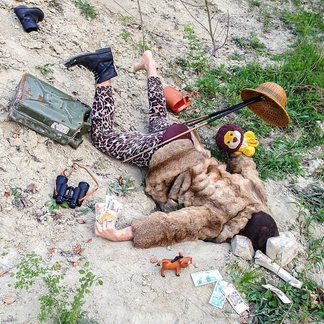 Série de fotos maluca apresenta pessoas caídas com seus objetos pessoais