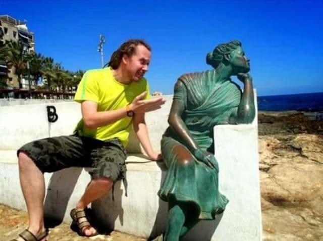 30 Fotos engraçadas tiradas com estátuas - Parte II