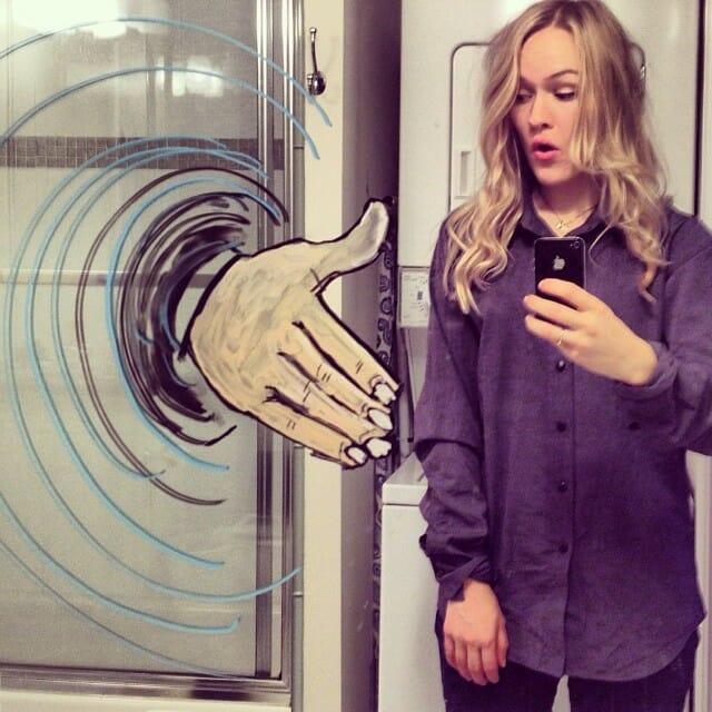Garota faz desenhos engraçados no espelho e faz selfies criativas e superlegais