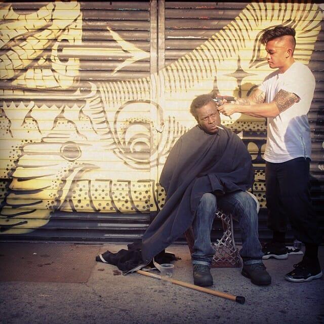 Happy Sundays: Cabeleireiro passa seus domingos cortando cabelo de moradores de rua