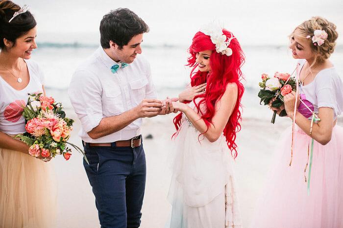 Casamento na praia com o tema A Pequena Sereia para fãs das Princesas da Disney (24 Imagens)