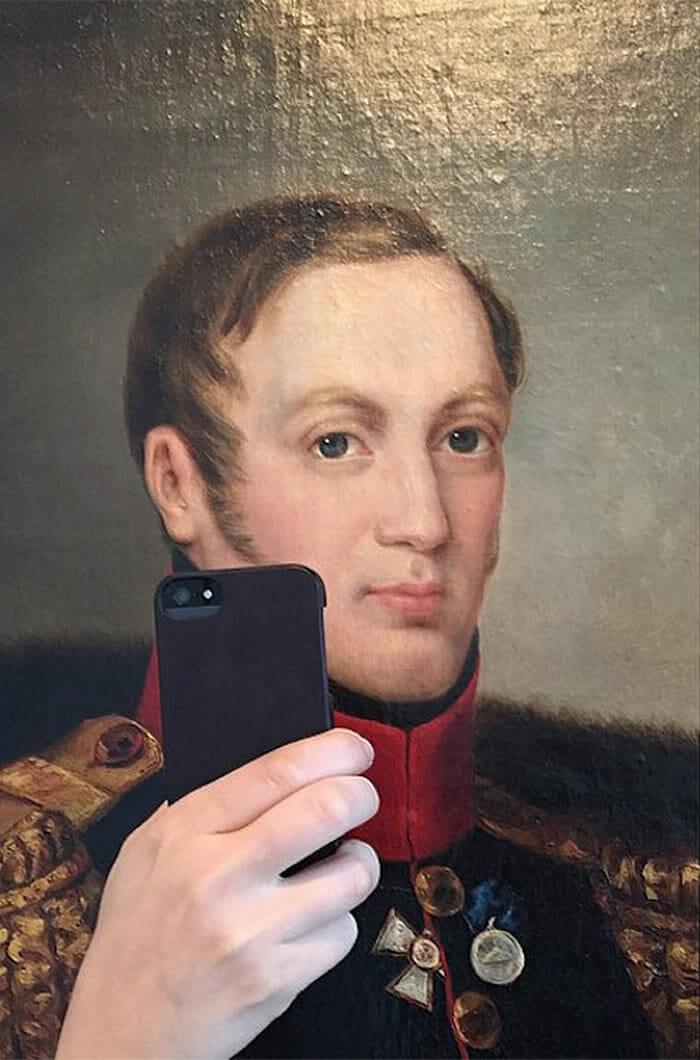 """Mulher """"empresta sua mão"""" e faz retratos históricos virarem selfies"""