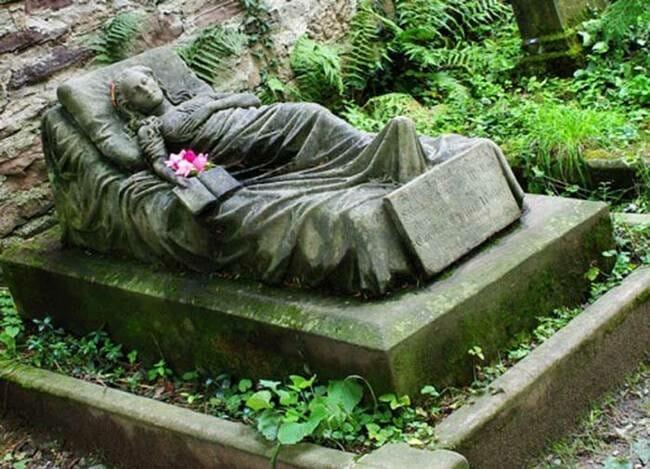 sepultura-estranha-interessante-assustadora_10