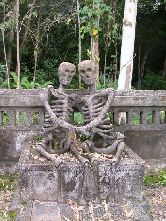 sepultura-estranha-interessante-assustadora_11