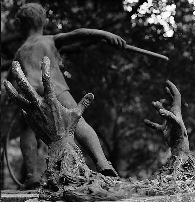 sepultura-estranha-interessante-assustadora_16
