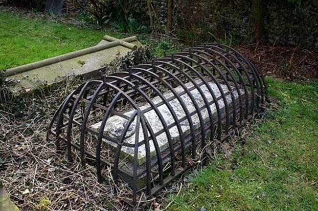 sepultura-estranha-interessante-assustadora_17