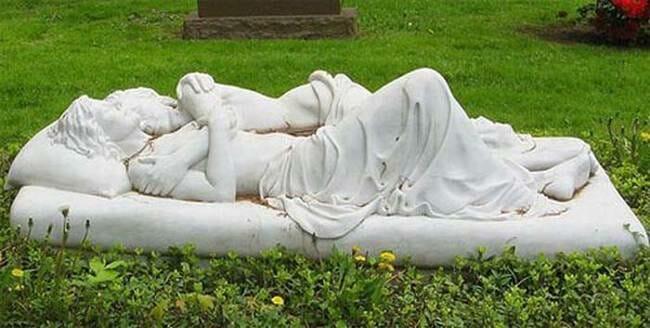sepultura-estranha-interessante-assustadora_2