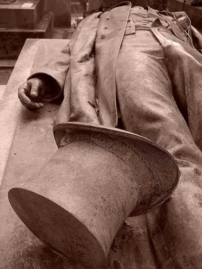 sepultura-estranha-interessante-assustadora_20