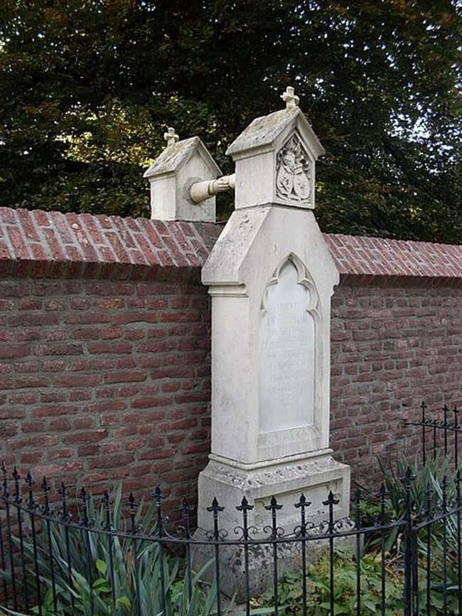 sepultura-estranha-interessante-assustadora_22