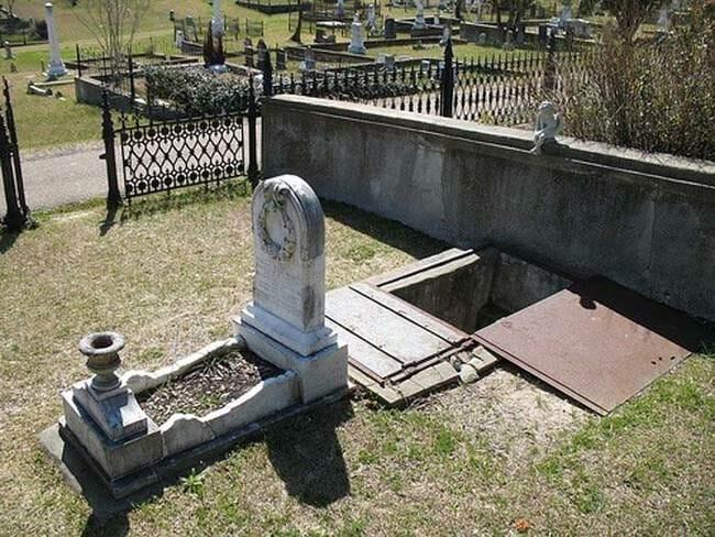 sepultura-estranha-interessante-assustadora_3
