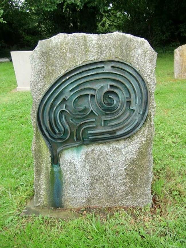 sepultura-estranha-interessante-assustadora_6