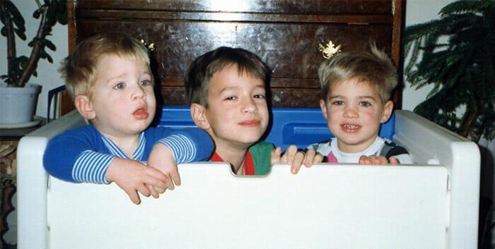 Antes e depois engraçado: Três irmãos recriam suas fotos de quando eram crianças