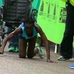 Determinação: Corredora exausta termina os últimos 50 m de maratona se arrastando