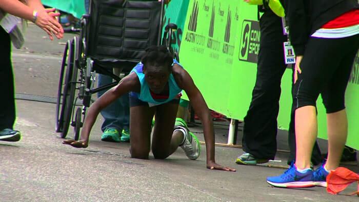 maratonista-termina-corrida-engatinhando