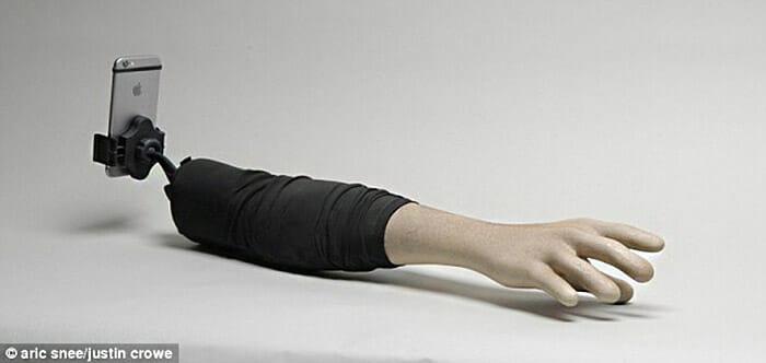 O rbaço é feito de fibra de vidro, é leve e fácil de ser transportado