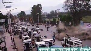 Câmera de segurança flagra momento exato do caos do terremoto em Kathmandu, no Nepal