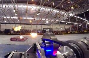 Batalha épica destrutiva entre robôs tem até serras com lâminas e lança-chamas! Assista!