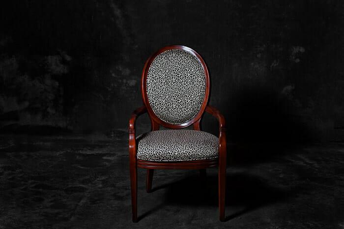 sofas-cadeiras-representados-como-humanos_2a
