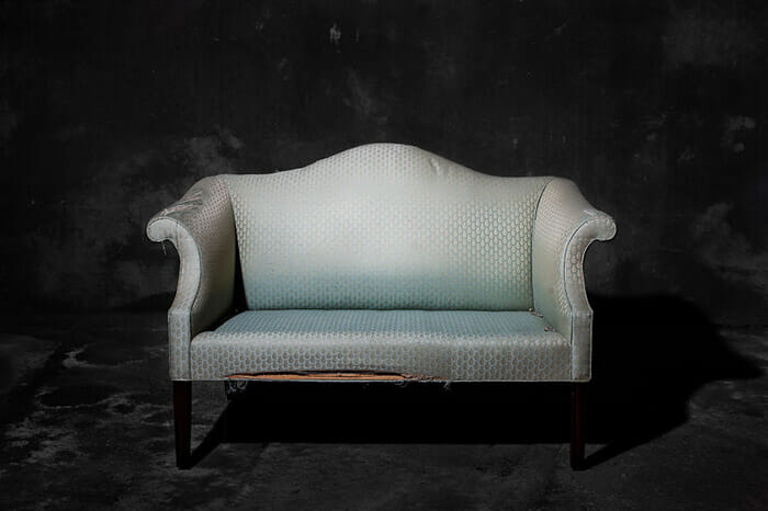 sofas-cadeiras-representados-como-humanos_4a