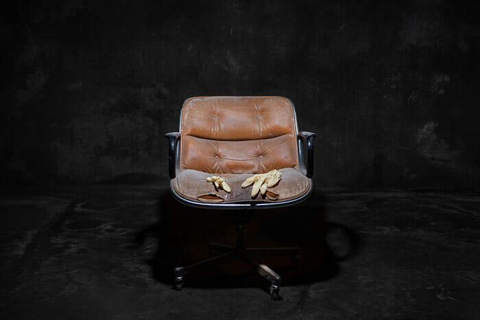 sofas-cadeiras-representados-como-humanos_6a