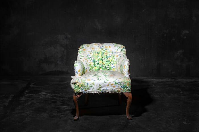 sofas-cadeiras-representados-como-humanos_7a