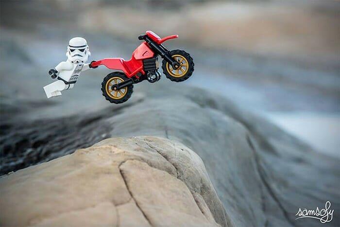 As fantásticas aventuras dos bonecos da Lego de um fotógrafo francês criativo