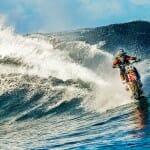 Piloto de motocross maluco inventa moto anfíbia e pega onda com ela (vídeo)