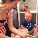 Bebê apaixonado por livros chora sempre que a historinha acaba. Assista ao vídeo!