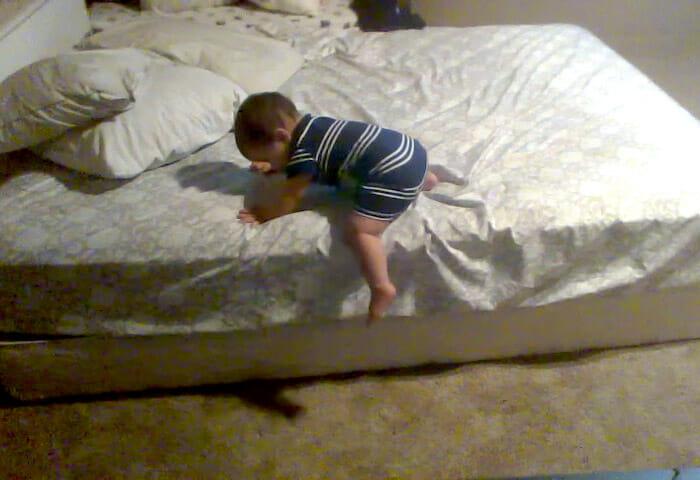 bebe-genio-descendo-da-cama