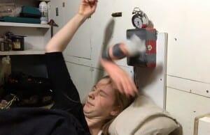O despertador mais eficiente do mundo te acorda com tapas na cara! Assista ao vídeo